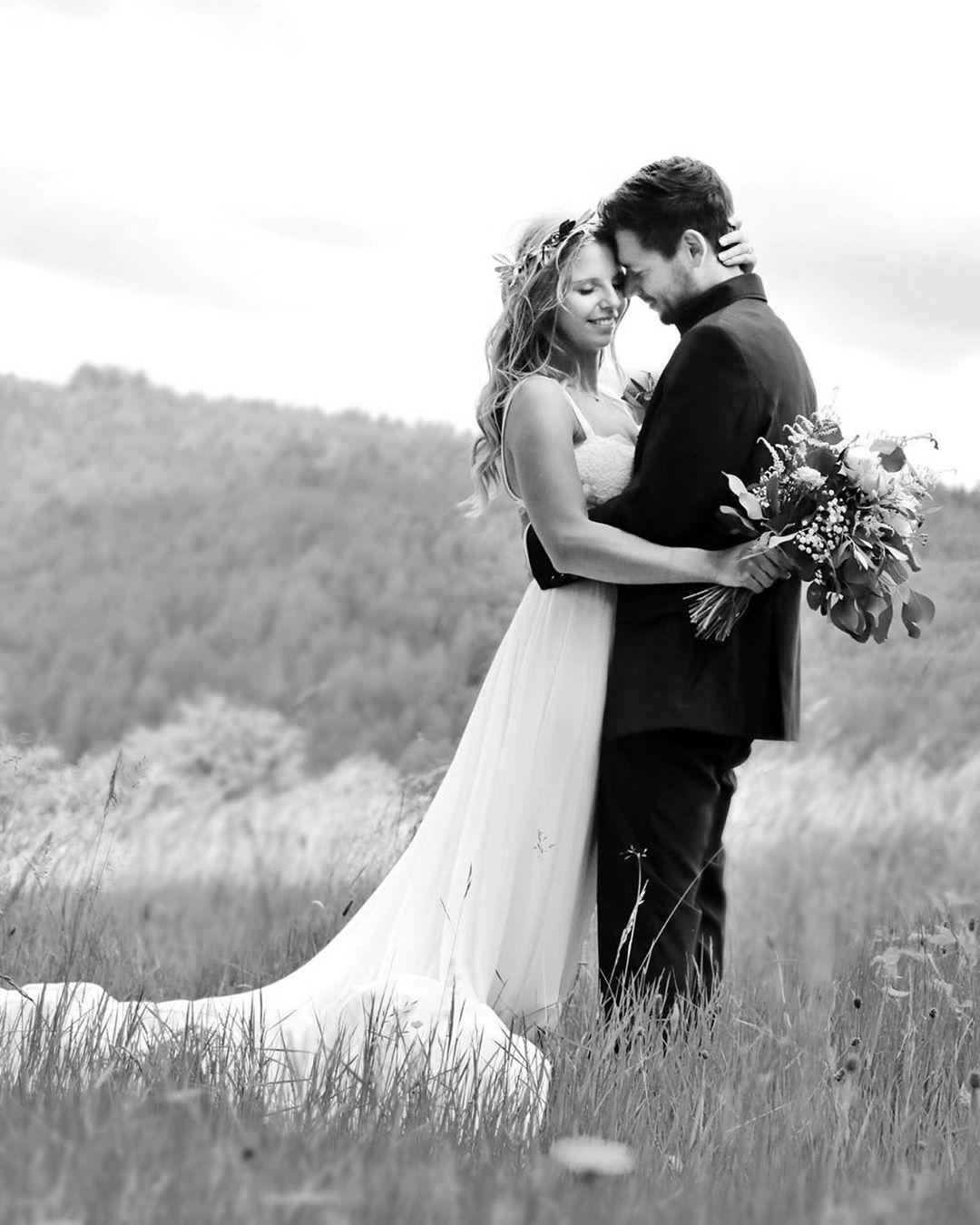 Wir Freuen Uns Immer Uber Das Tolle Feedback Und Die Wunderschonen Hochzeitsbilder Unserer Brautpaare Vielen Dank Liebe Fr Wedding Dresses Wedding Dresses