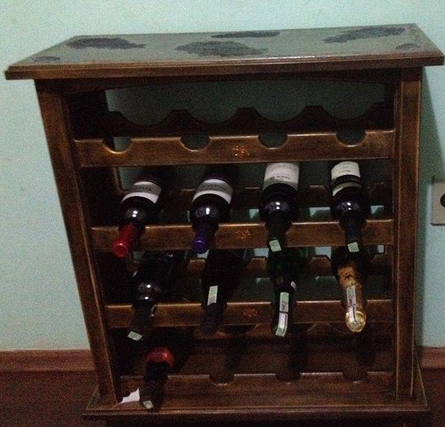 Adega para vinhos em MDF, capacidade para 16 garrafas, ganhou estilo de móvel Rústico, com découpagem e tampo de vidro liquido. Encomenda: (34)9135-0900