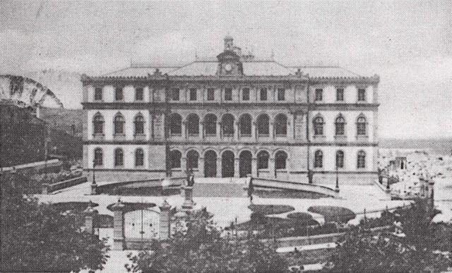 Instituto Eusebio da Guarda 1902 ,tenía muro de granito y forja en forma semicircular que ocupaba parte de lo que hoy es la plaza.La estatua estaba dentro de la zona acotada.