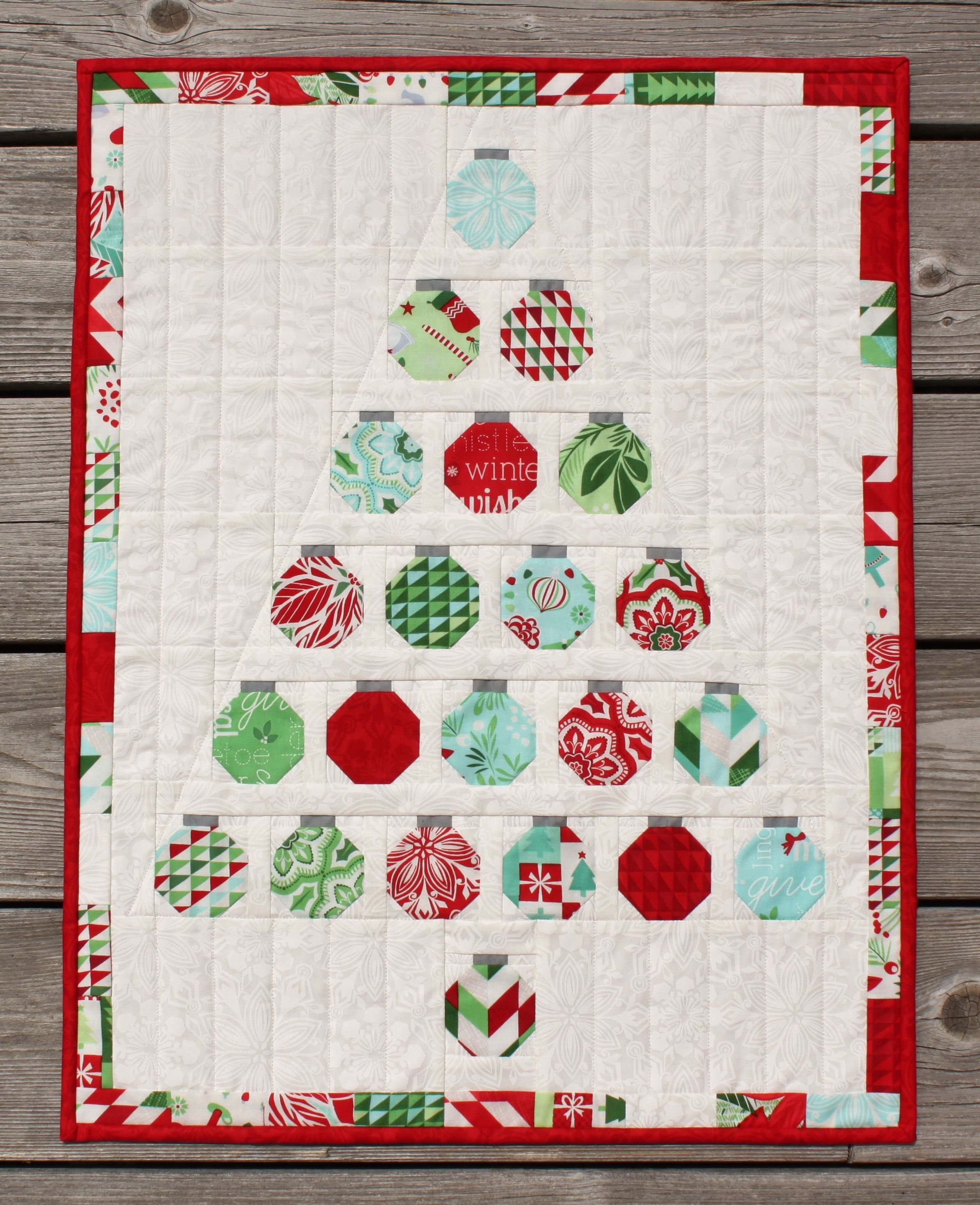 Christmas Baubles Wall Quilt - simple blocks to make a CUTE wall hanging! Free download.