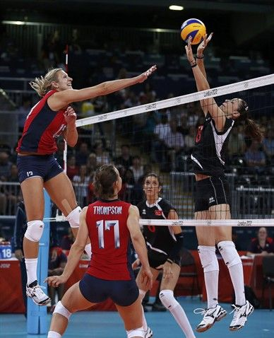 Christa Harmotto L Of The U S Spikes The Ball Against Turkey S Bahar Toksoy During Their Group B Volleyball Match Voleybol
