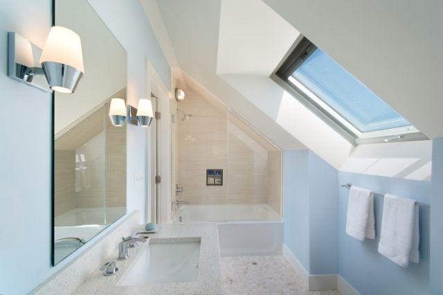 Badezimmer mit dachfenster  Moderne Gestaltung-Badezimmer mit Dachschräge-Dachfenster-blaue ...