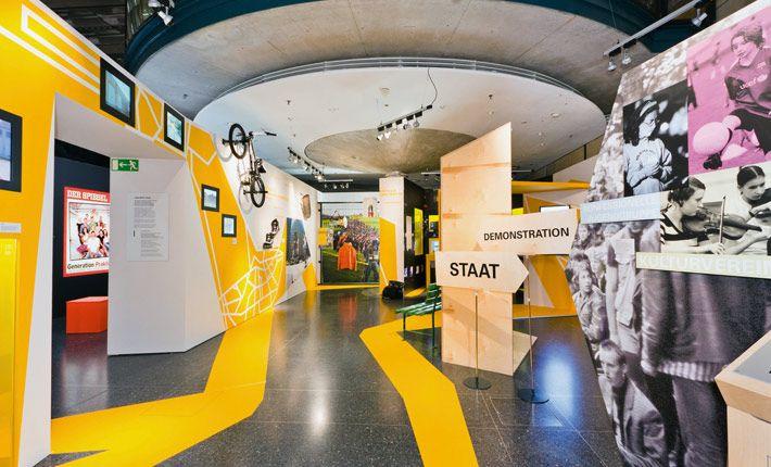 Mit 17 Jung Sein In Deutschland Haus Der Geschichte Der Bundesrepublik Deutschland Bonn Ater Exhibit Design Inspiration Design Museum Exhibition Design