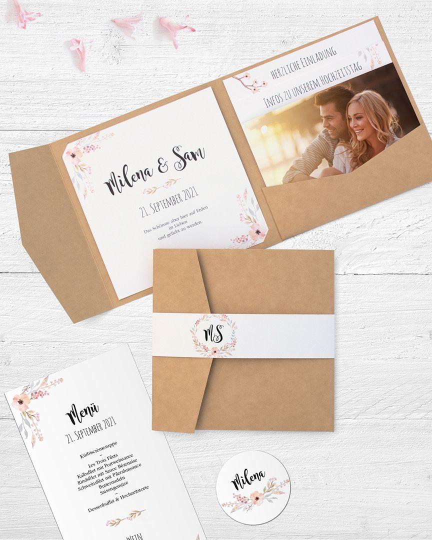 Tarjeta de invitación para la boda como una carpeta de bolsillo hecha de papel kraft con …