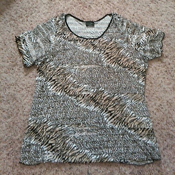 Leopard Print Shutter Top . Plus size Polyester and Spandex. Slightly worn. Tops Tees - Short Sleeve