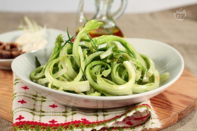 L'insalata di puntarelle alla romana è un contorno semplice e gustoso tipico del Lazio. Le puntarelle si ottengono dalla cicoria di catologna spigata. Le puntarelle si mangiano crude condite con un'emulsione a base di olio e acciughe.