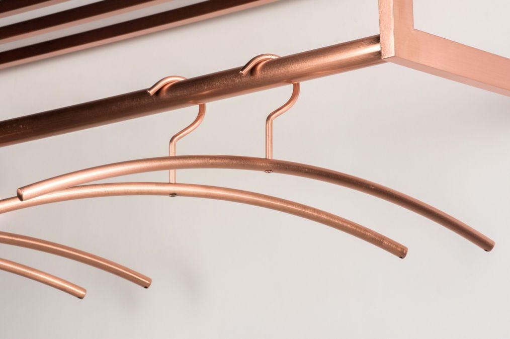 Art 72296 Helemaal up-to-date met onze nieuwste aanwinst kledinghangers! Deze kleding hangers hebben een matte uitvoering en zijn gemaakt in de trendy kleur roodkoper. http://www.rietveldlicht.nl/artikel/kapstok-72296-modern-roodkoper-metaal