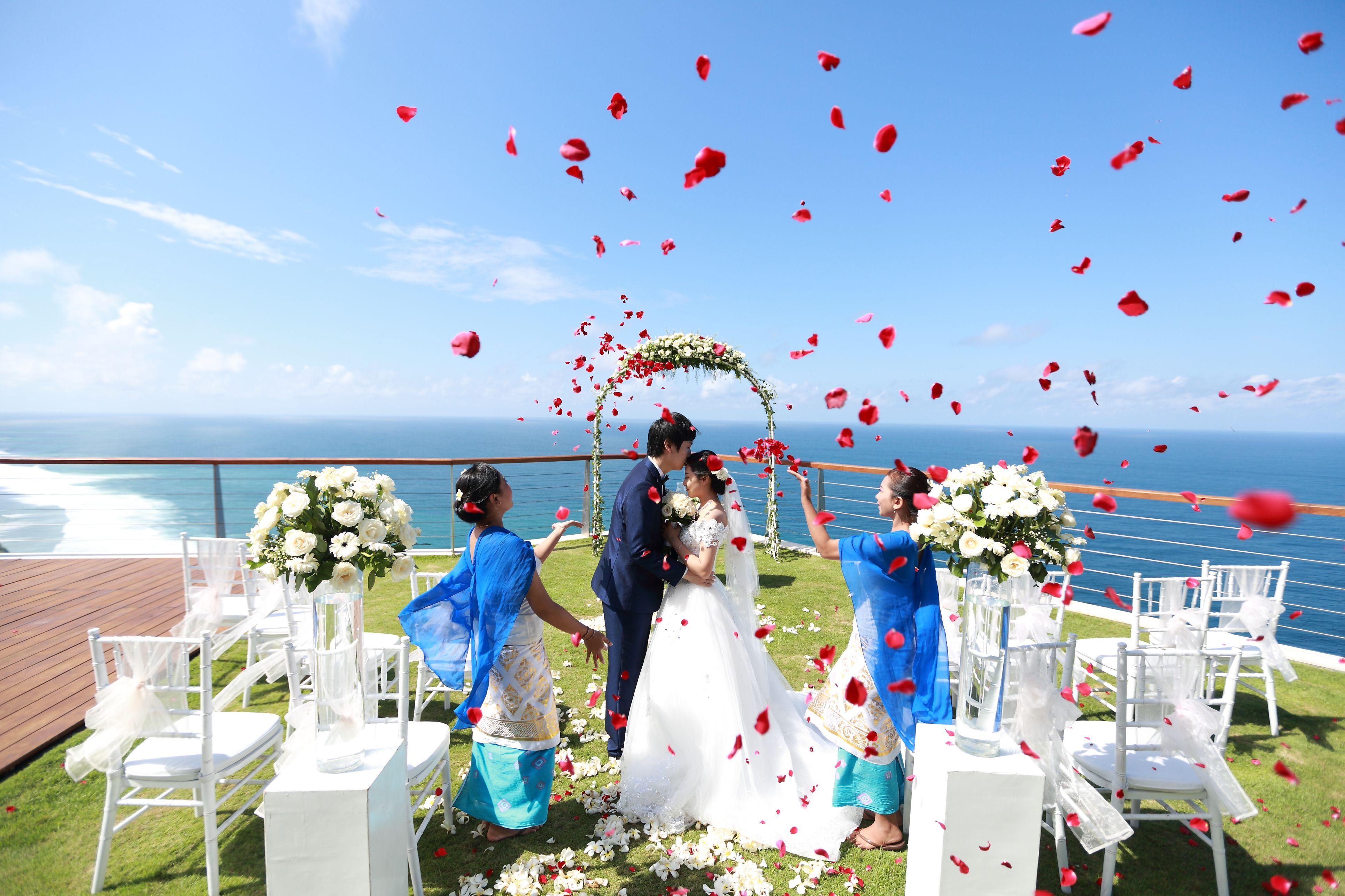 Petalshower Baliweddingphotography Preweddingbali Weddingdestinations Baliphotowedding Asiancouple Preweddingsurabaya Preweddbali Latepost Thebridesto