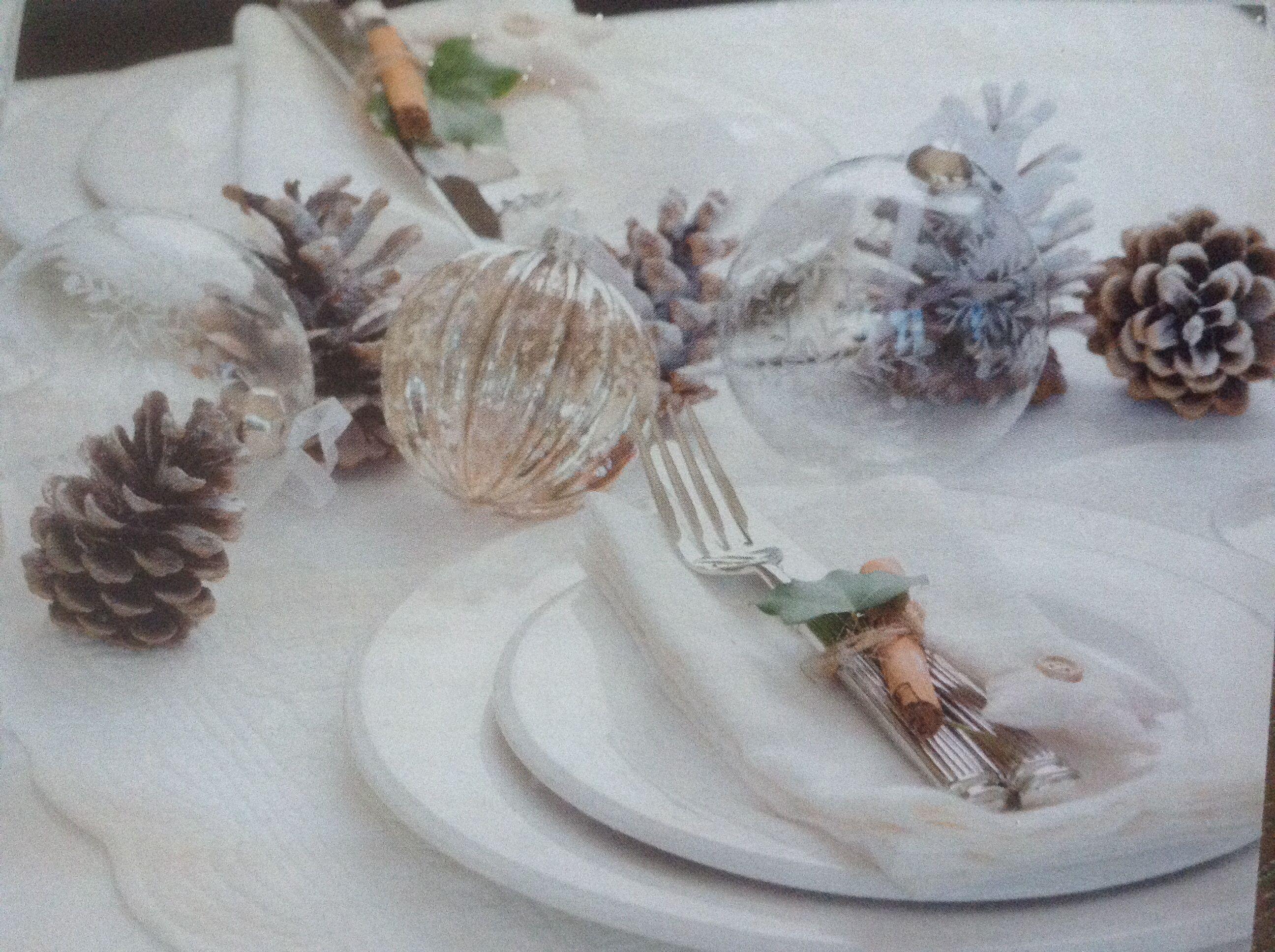 Kersttafel Decoratie Dennenappels En Kerstballen Op Tafel