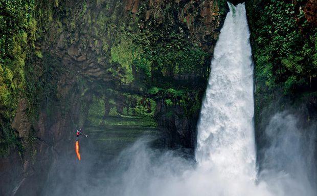 Uma temível cachoeira de 40 metros aparece no caminho do canoísta Ben Stookesberry, e ele desce de rapel em seu caiaque pelo penhasco no Alseseca, um rio que nuncafoi totalmente explorado no México
