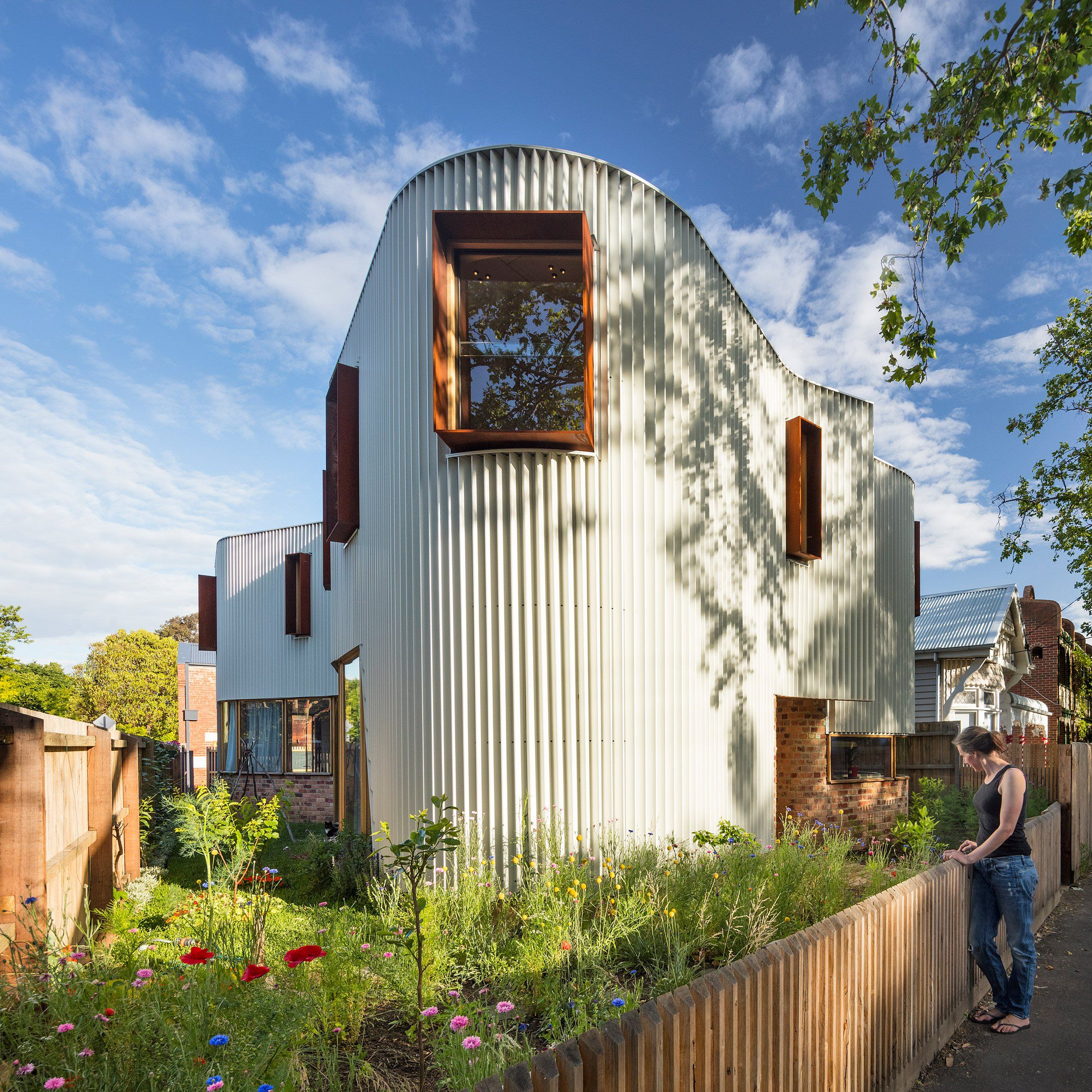 The Curving Corrugated Metal Exterior Of This House In Melbourne By Local Studio Tandem Forms A Conti Studios Architecture Australian Architecture Metal Facade