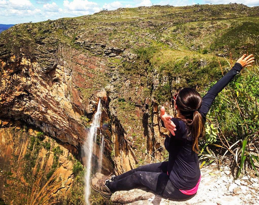 A foto da semana é da @jainnemendonca curtindo o visual do alto da Cachoeira do Tabuleiro que possui 273 metros de altura. Mande a sua foto para #desviantes que todas as sextas postamos a melhor foto da semana. #natureza #viagem
