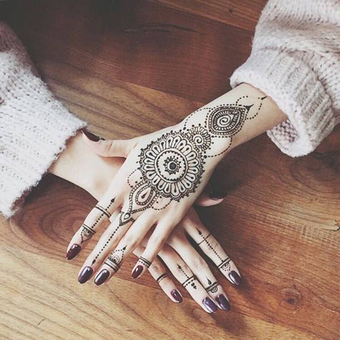 Tatouage Mandala Bijoux Sryle Oriental Sur Les Mains Et Les Doigts