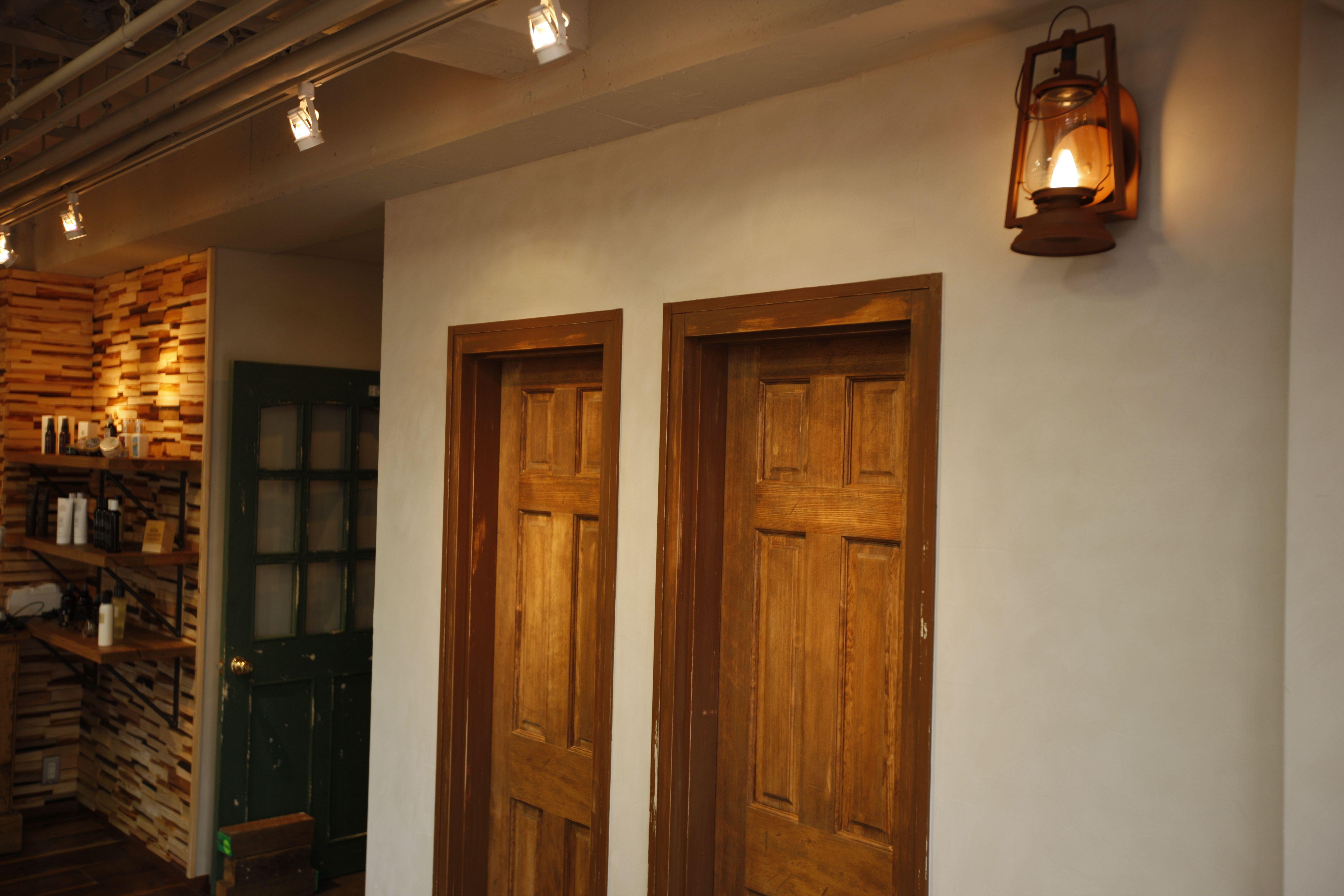 【AUQWA アクセサリー】什器家具など全て古木風素材の物で構成。
