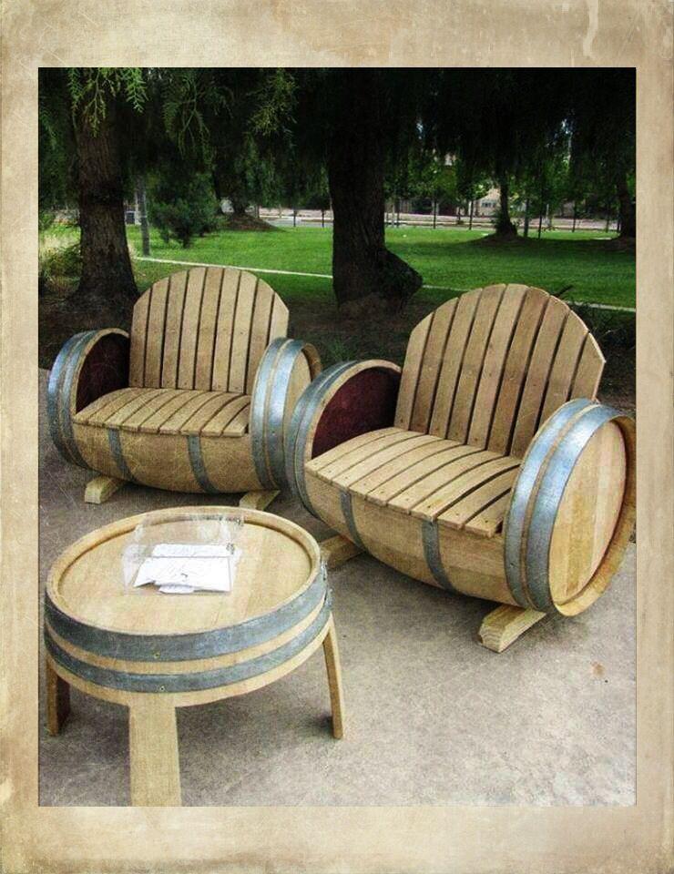 Un ensemble de salon de jardin en barriques de vin recyclées ...