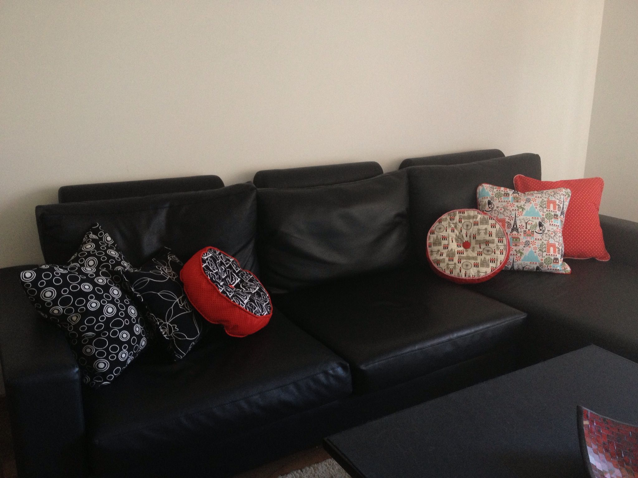Mi sill n y almohadones sofa couch pillows black red - Decoracion blanco y negro ...