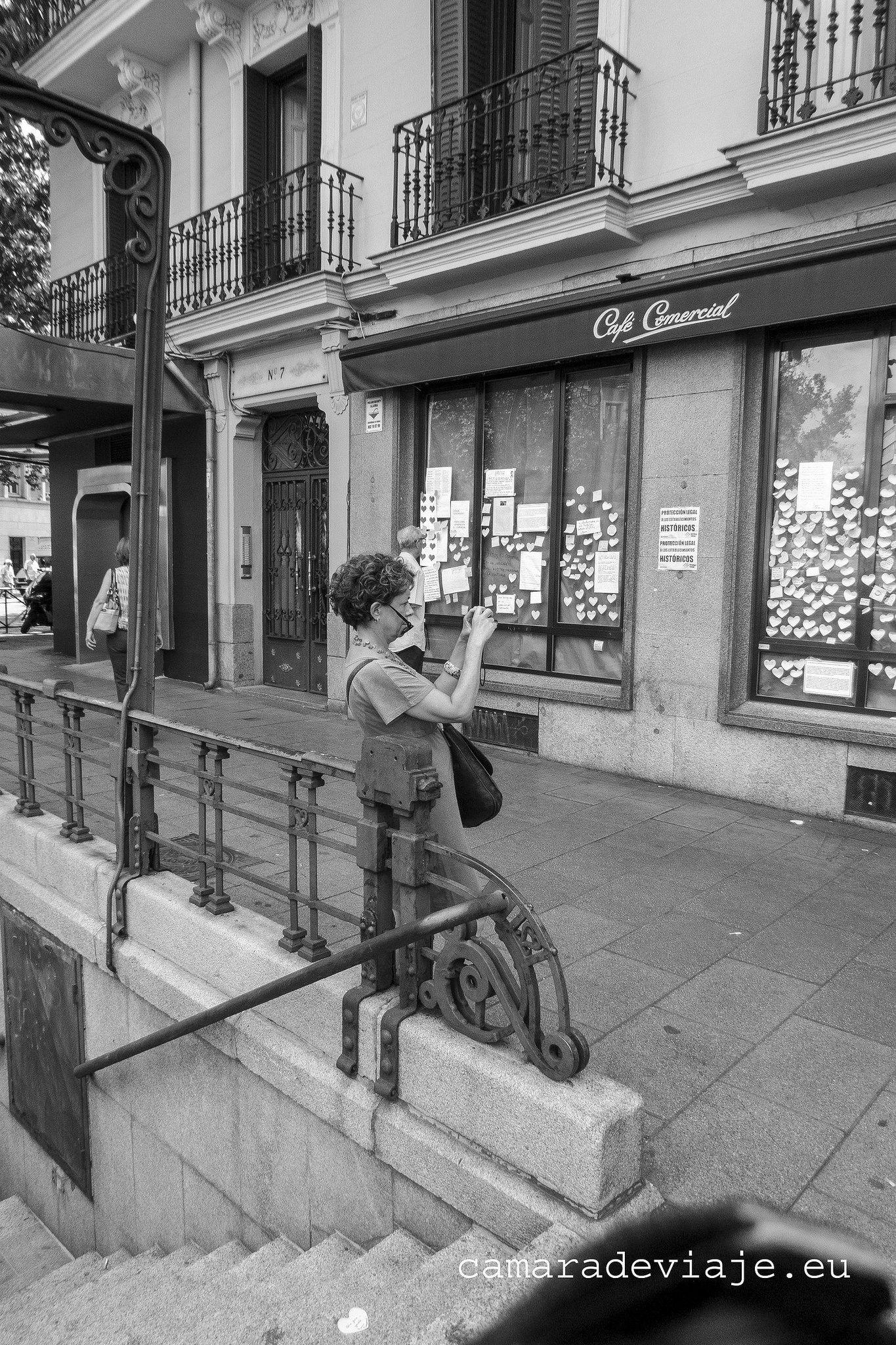 https://flic.kr/p/C2HNWp | El Comercial  (48) | El Café Comercial fue un café ubicado en el centro de Madrid (España), en la glorieta de Bilbao. Se trata de uno de los más antiguos de la capital, fundado el 21 de marzo de 1887 (época de la Restauración en España). Lugar de tertulias literarias en el periodo de posguerra. Fue uno de los primeros cafés en emplear camareras. El café cerró el 27 de julio de 2015. Si quieres ver el reportaje completo…