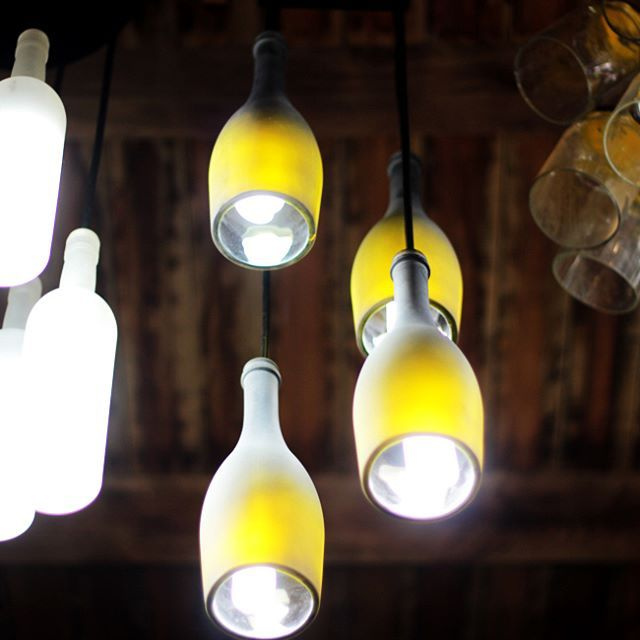 """Quando se tem um lustre Casa do Vidro, você tem não apenas um luminotécnico bem sucedido, mas um conceito #Upcycling, que entende o tempo de vida do vidro e o transforma em novas utilidades, sustentáveis, mas sem perder o """"quê"""" do estilo.  Exemplo disso, esse lustre jateado MA-RA-VI-LHO-SO, com quatro garrafas de vinho e que você encontra na nossa loja virtual!  Encontre ou personalize o seu --> http://bit.ly/1XeHvnl  #CasaDoVidro #Upcycle #UpcycleThat #EcoDesign #EcoFriendly…"""