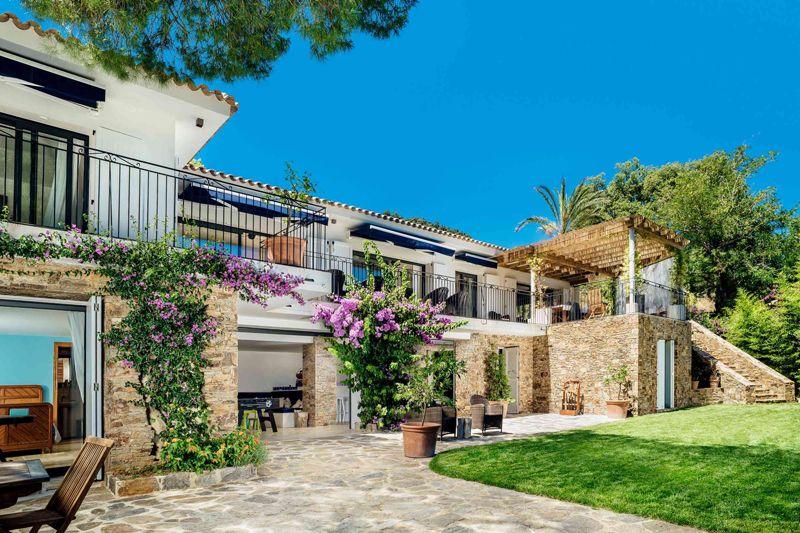 Cette magnifique villa luxueusement aménagée dans le Var, est en