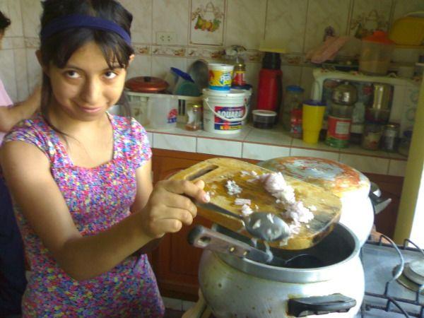 Joven sonriente cocinando
