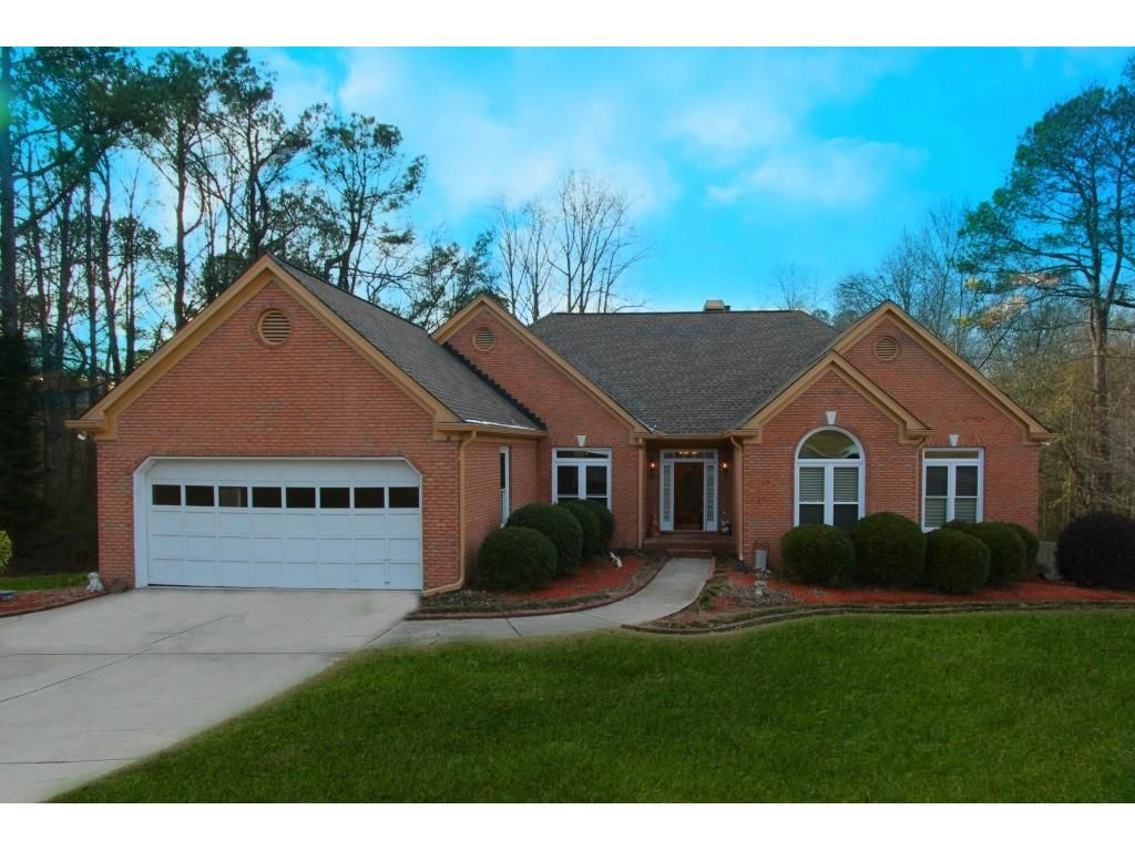 Desirable 3sides brick ranch in the heart of grayson