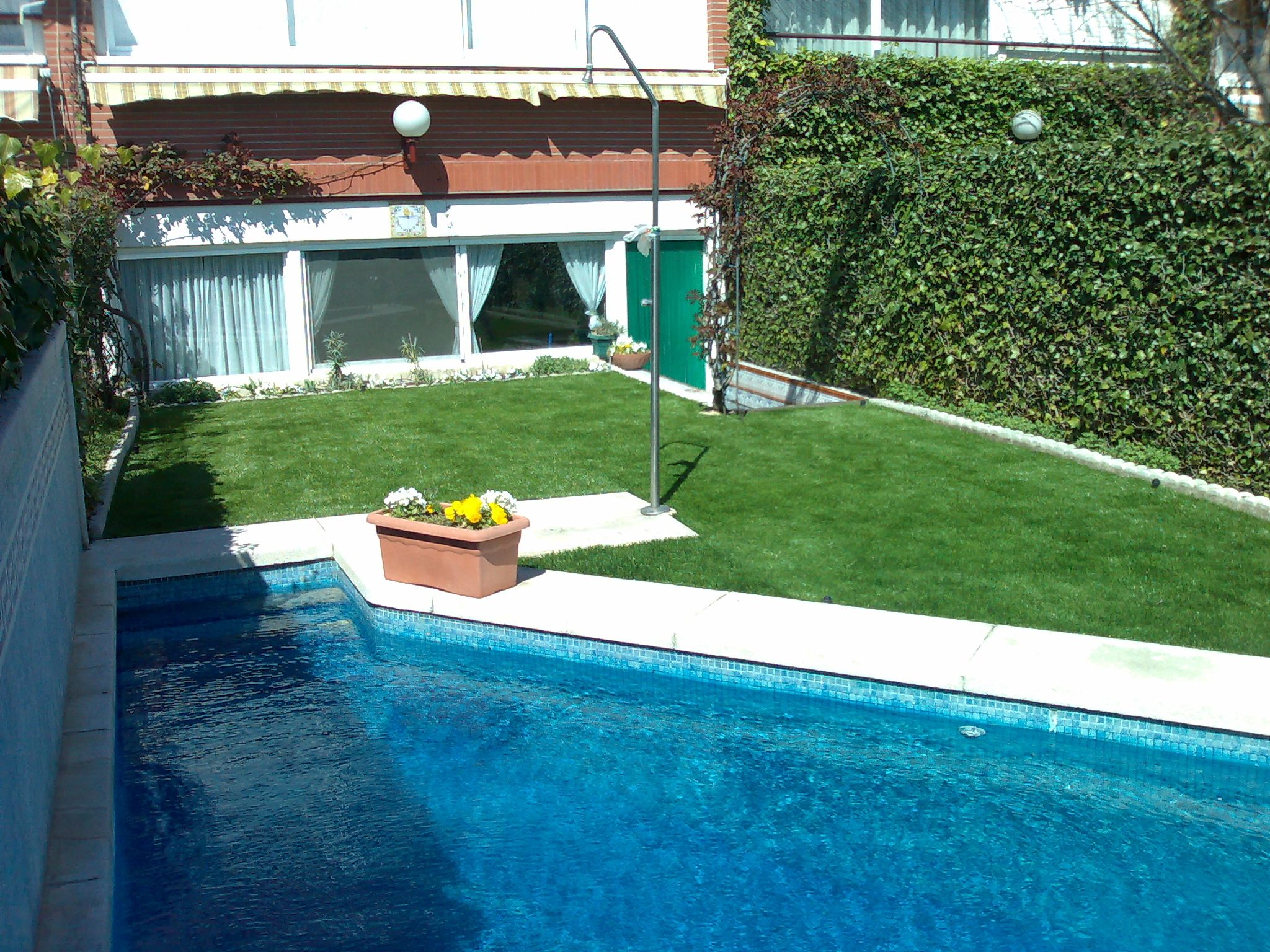 C sped artificial alrededor de piscina cesped artificial madrid
