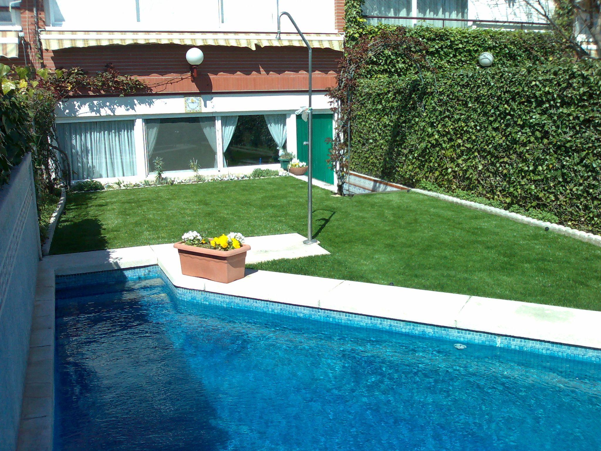 Césped artificial alrededor de piscina #cesped_artificial_madrid ...
