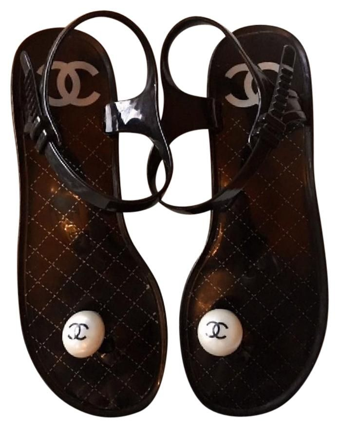 7d9b9a40f60 Chanel Jelly   Rubber Pearl Thong W interlocking Cc (eu 40) Black Sandals.  Get the must-have sandals of this season! These Chanel Jelly   Rubber Pearl  Thong ...