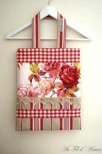 Sac à main en patchwork de roses, rayures et Vichy, dentelle ancienne : Sacs à main par aufildantan