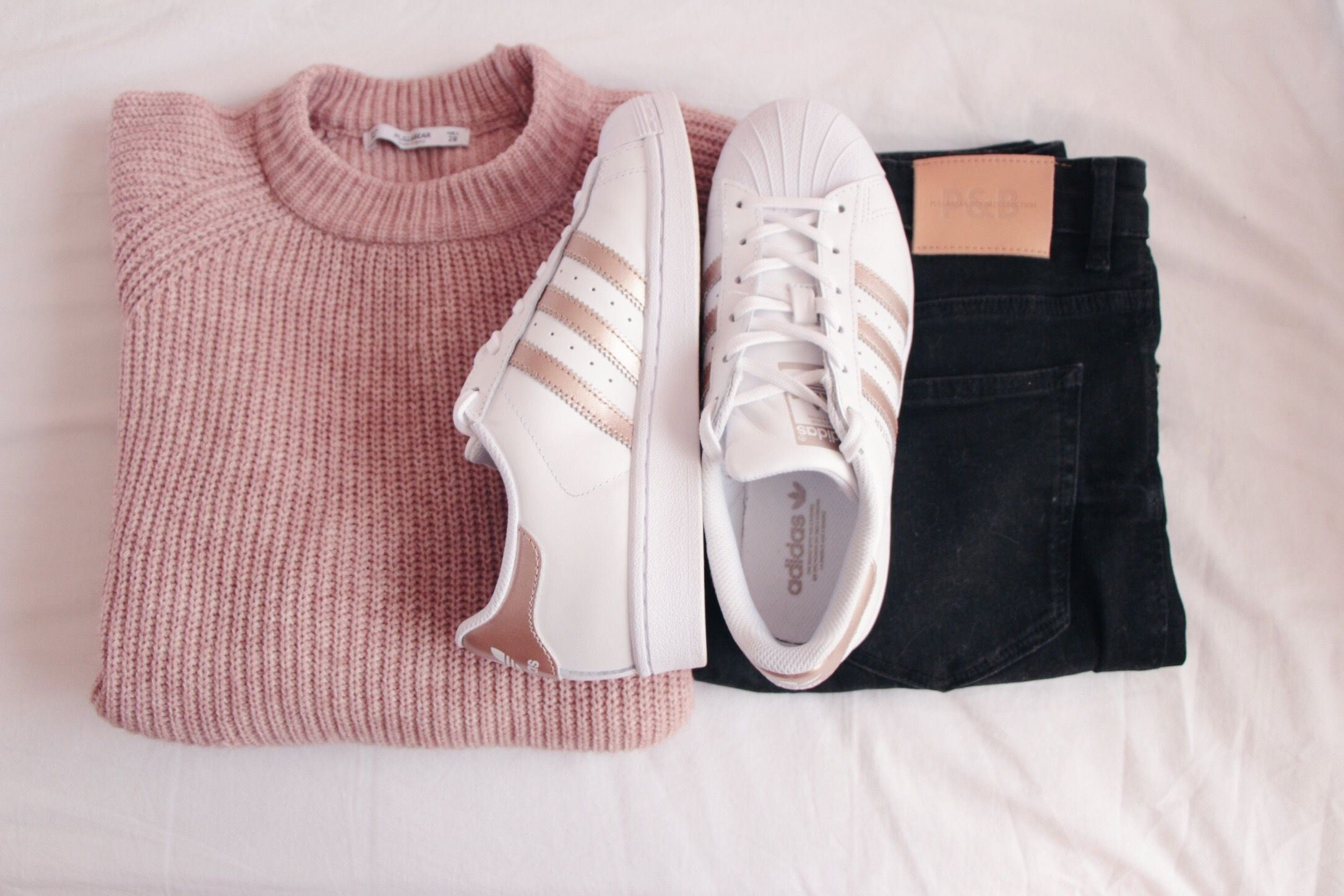 Comfy outfit, dark jeans, blush sweater, Adidas Superstars rosegold