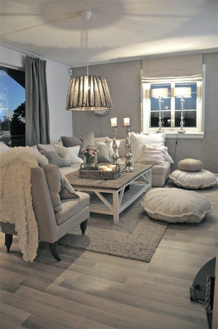 Wohnzimmer In Grau Hängende Lampen Mit Schönen Lampenschirm, Großes Sofa  Mit Vielen Kissen