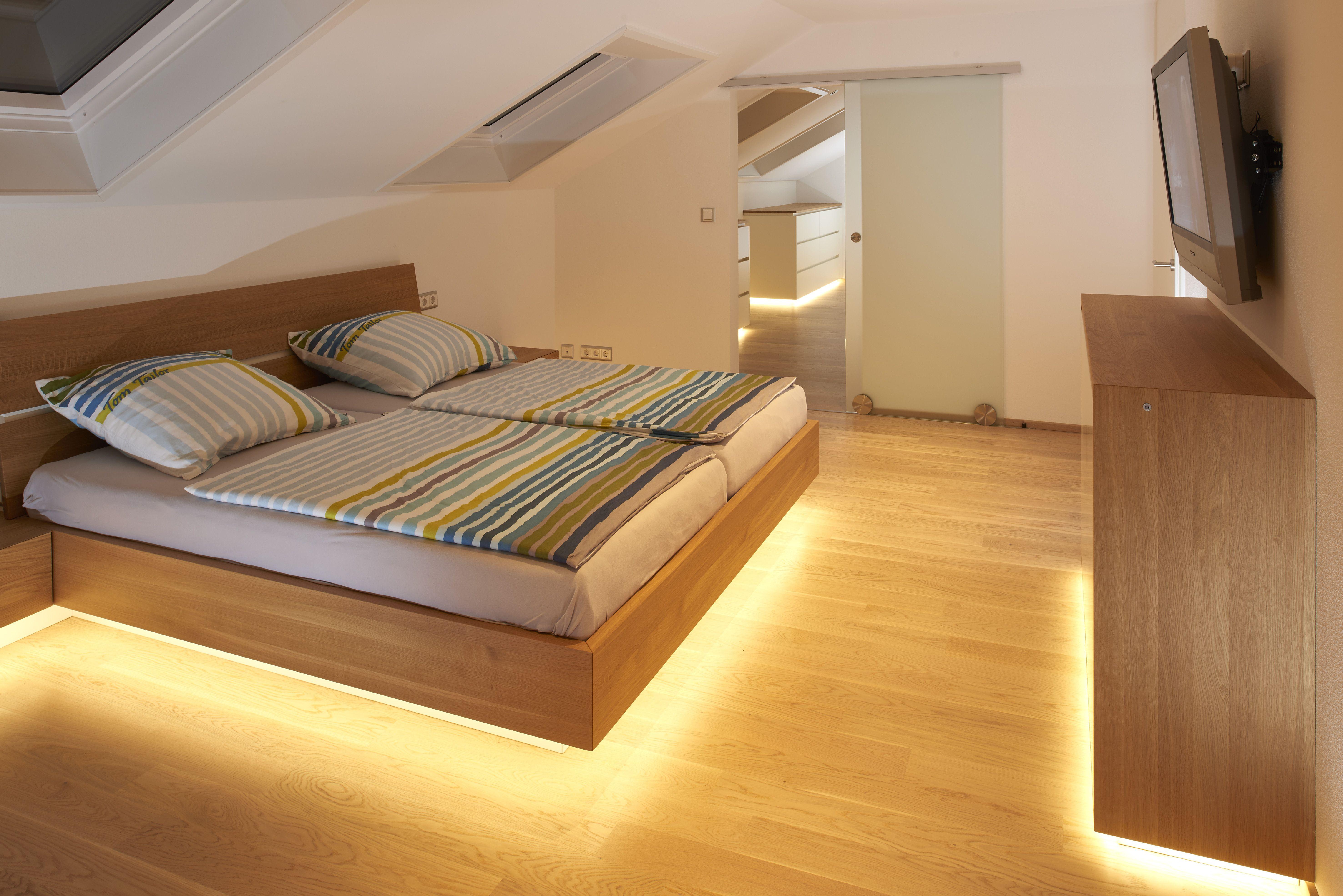 Das Schlafzimmer Dieses Projektes Ist Durch Den Einsatz Von Eiche Massivholz Charakterisiert Nachttische Sideboards Und Bettrahmen Ideen Schlafzimmer Zimmer