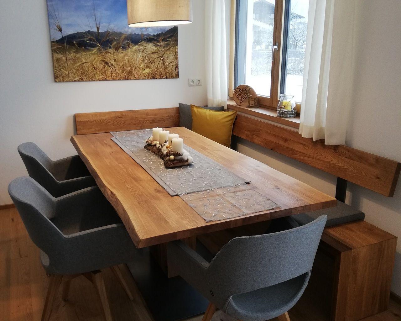 Esstisch mit Baumkante, Eckbank und Polsterstühlen von masstisch