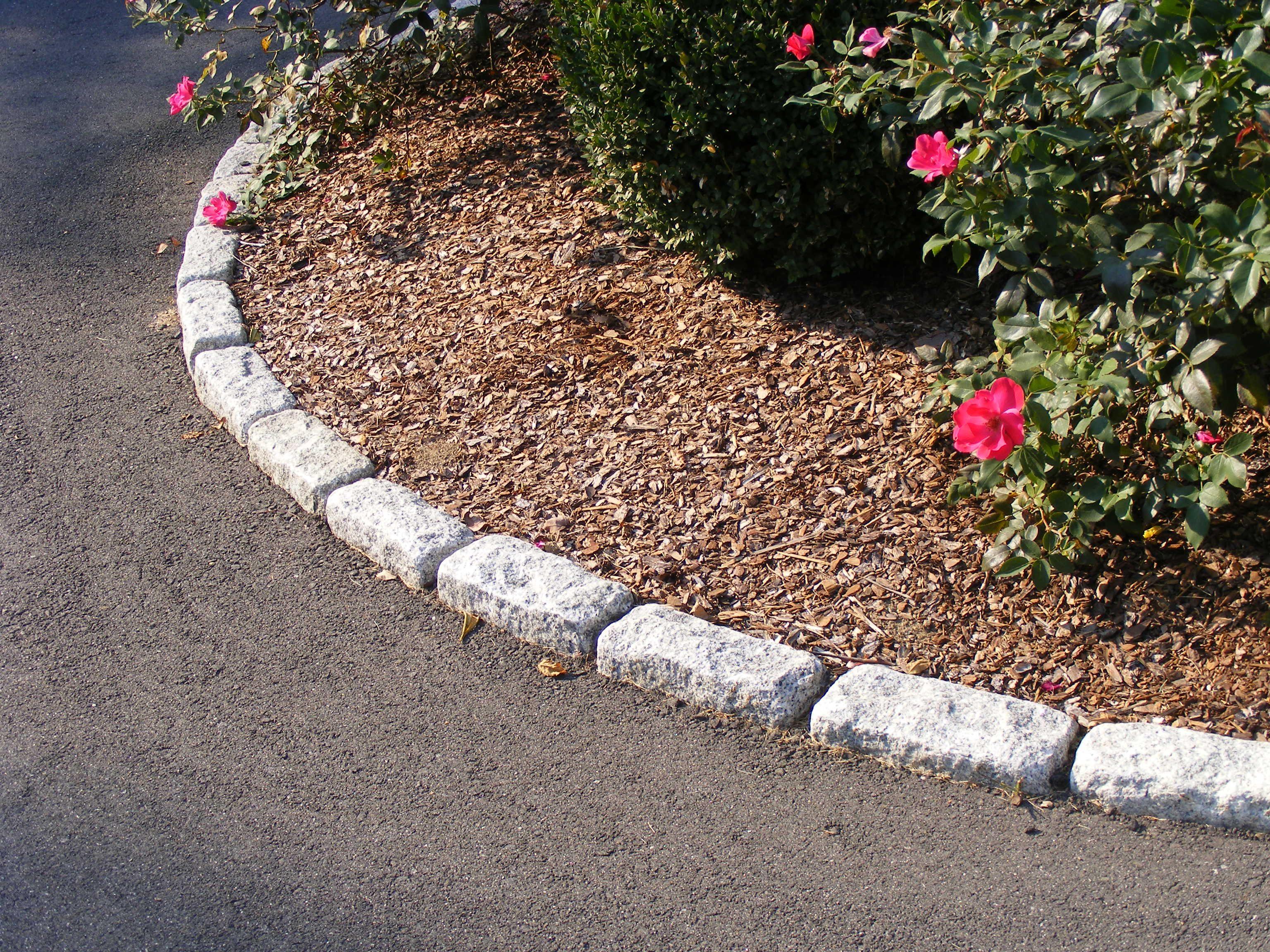 Driveway Edging Standard Cobblestones Used As Walkway And Planter Bed Edging Driveway Edging Garden Edging Stones Stone Edging