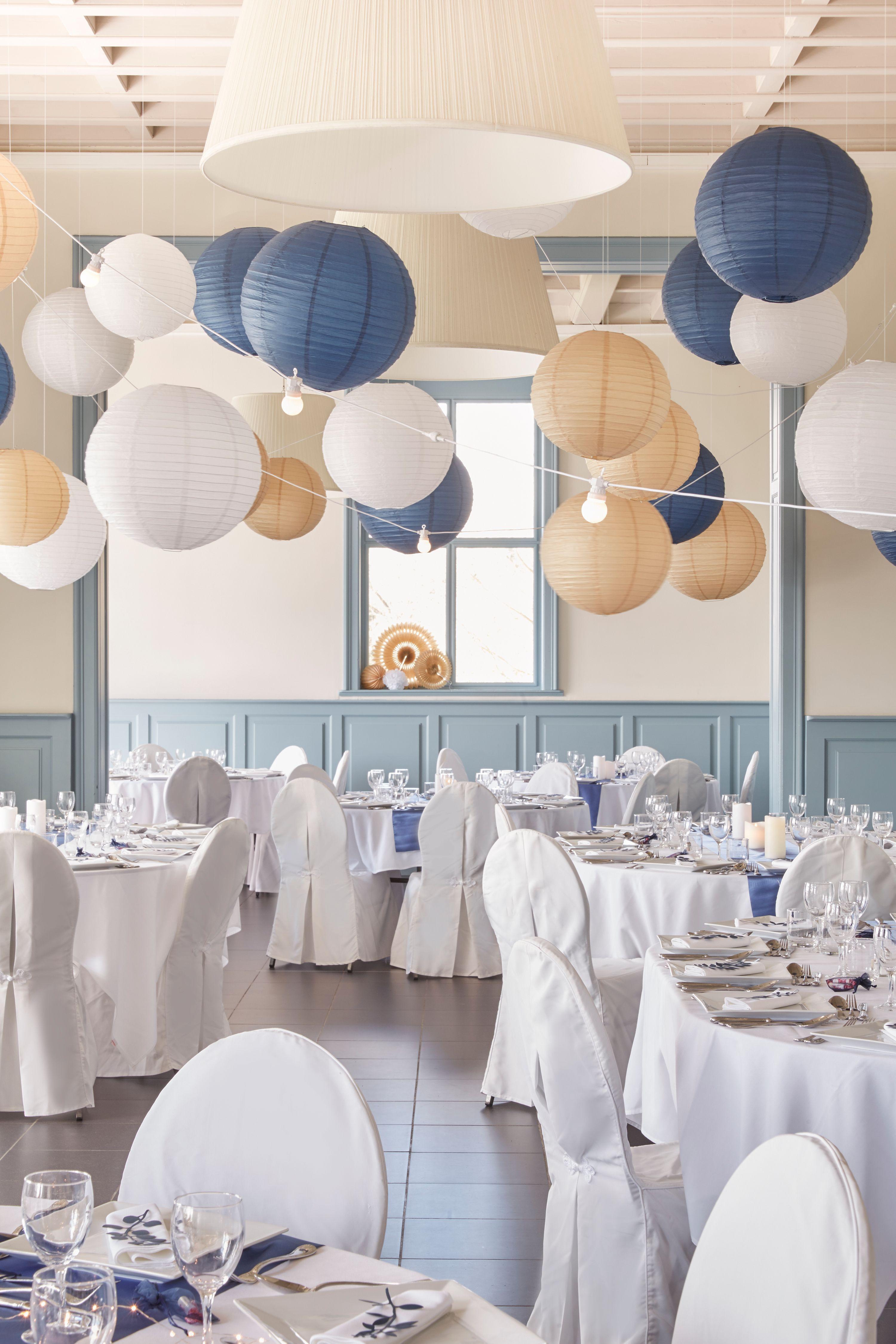 d corer le plafond salle mariage d coration de mariage chic avec lampions boules papier bleu. Black Bedroom Furniture Sets. Home Design Ideas
