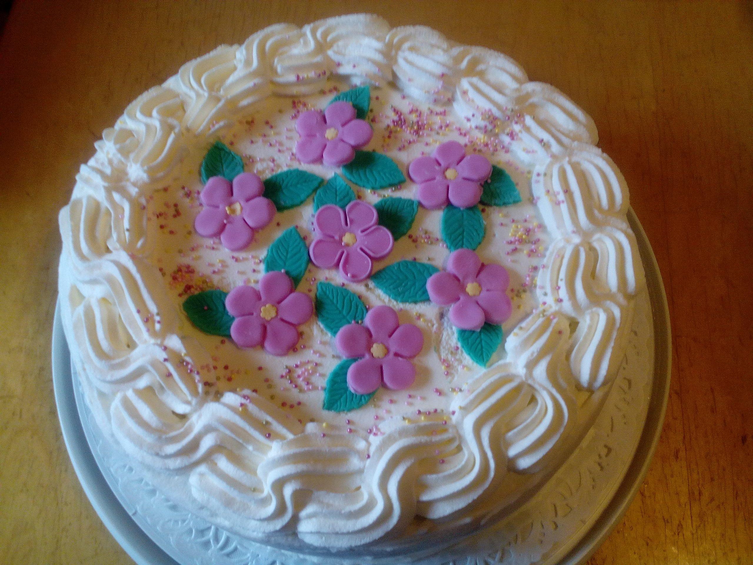 Palvelutalojen Kuunsillan ja koivulan asiakkaille sekä hoitajille kakut! On kiva muistaa välillä heitä kakulla! Kumpaiseenkin paikkaan omat kakut!