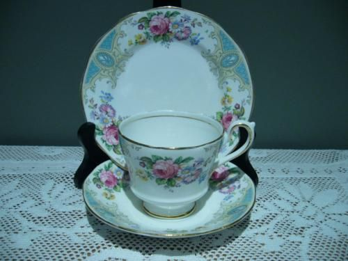 SALISBURY-CHINA-ENGLAND-LOVELY-VINTAGE-FLORAL-TRIO-CUP-SAUCER-PLATE-GOOD-COND
