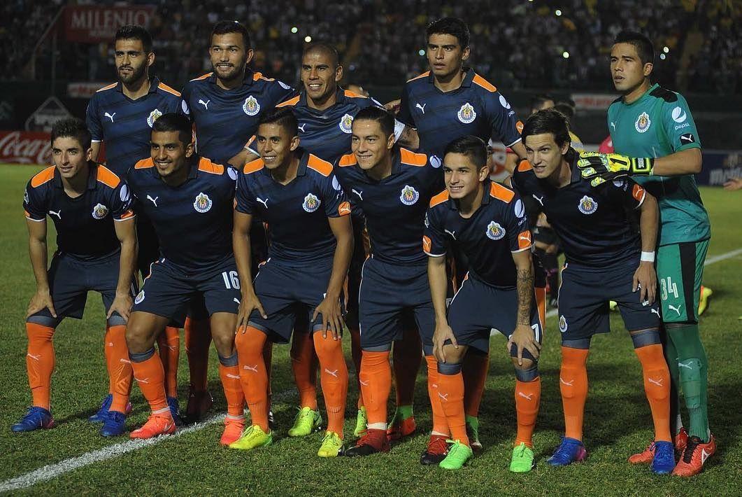 CHIVAS VESTIRÁ DE AZUL OSCURO CONTRA MORELIA EN LA LIGA MX El conjunto de Almeyda por fin utilizará su tercera indumentaria en la Liga MX, después de haberla llevado ya una vez en la Copa.