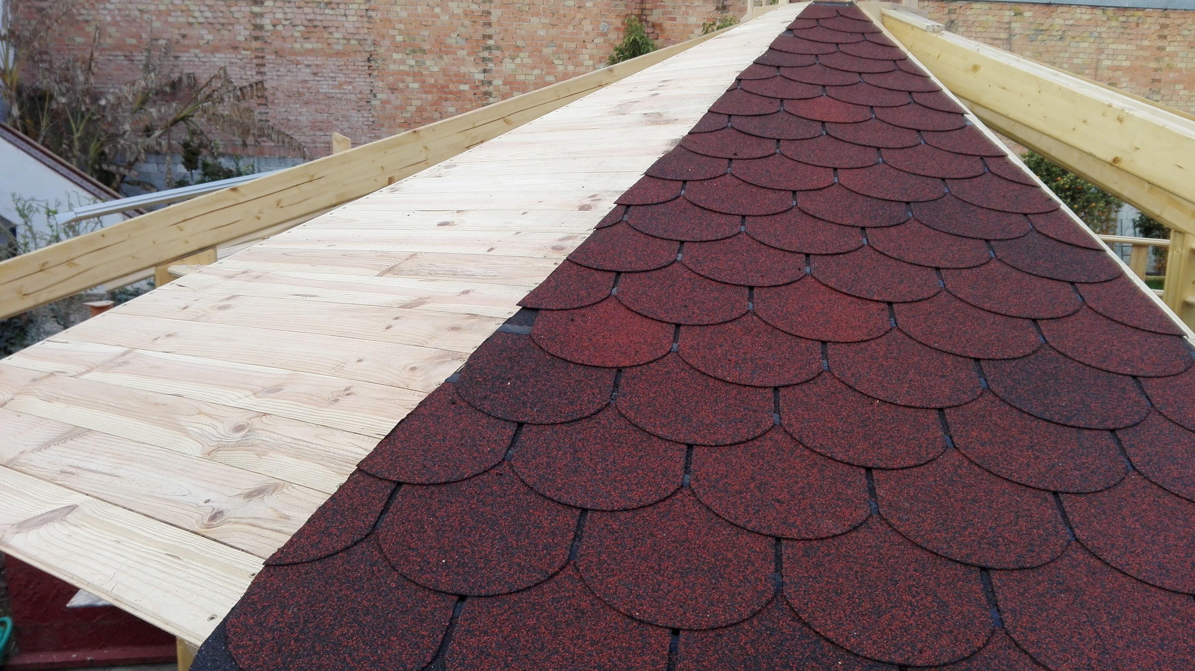 Kiosco Octogonal con tejado a 16 aguas de madera. Tejado con Tegola de color Rojo Castilla
