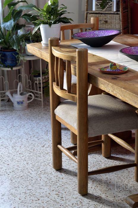Silla de un salón comedor de estilo rústico mexicano. madera ...