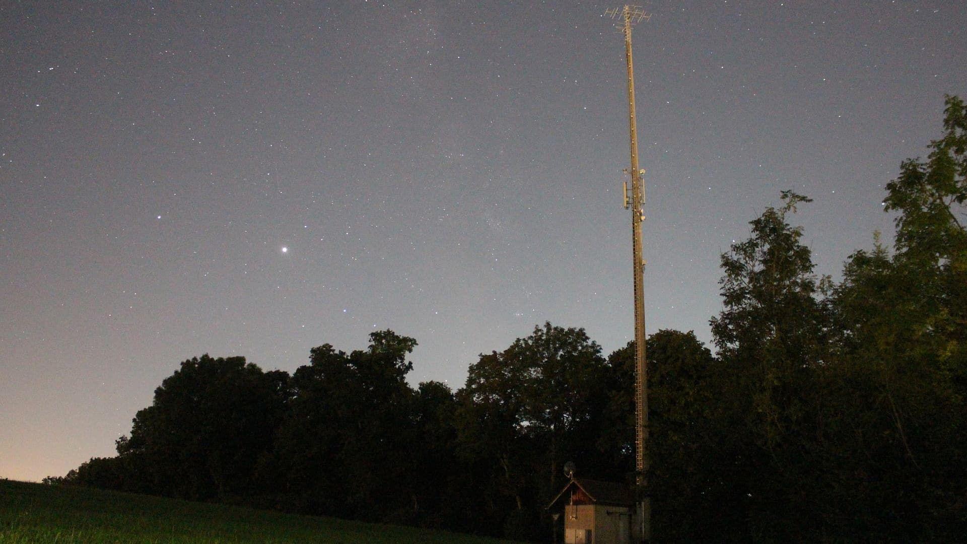 Leserbild: »Jupiter und Saturn im Sternbild Schütze neben dem Antennenträger des Senders Biberach, der zur Verbreitung des Programms des Deutschlandfunks auf 100,5 MHz mit 500 Watt Sendeleistung und zur Verbreitung des Programmes von Donau 3 FM auf 104,6 MHz mit 320 Watt Sendeleistung dient.«