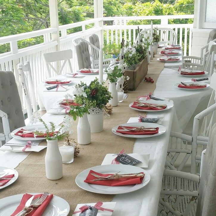 Simple, casual table setting for a summer Christmas