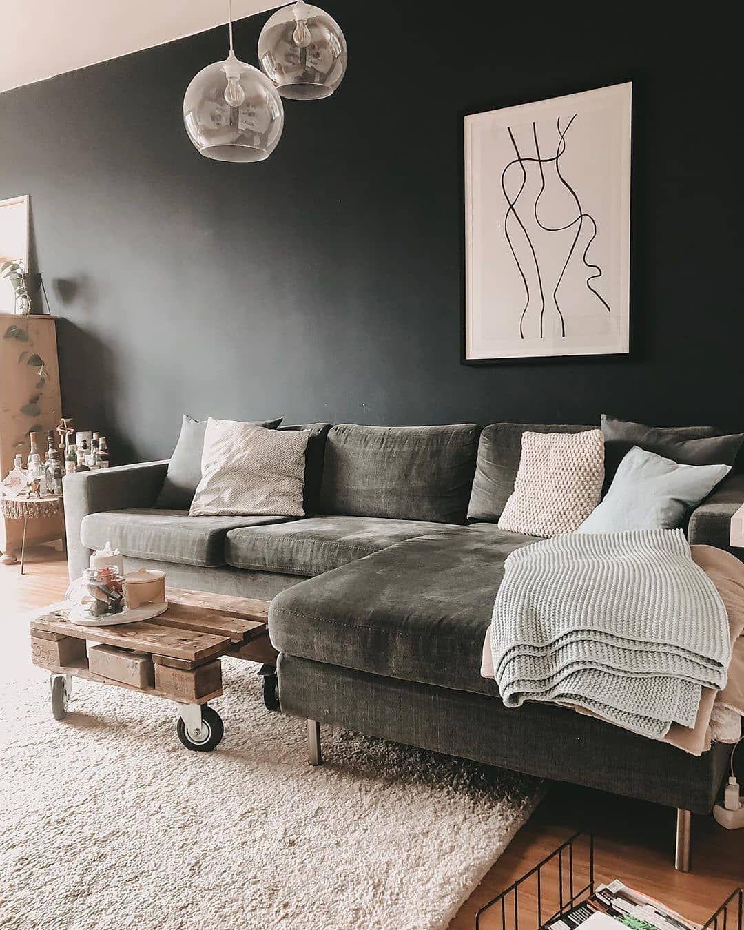 """SoLebIch.de on Instagram: """"Grünes Samtsofa, dunkle Wandfarbe und hübsche Leuchten! Uns gefällt das Wohnzimmer von @miiramirror sehr️�#SoLebIch #repost #wohnzimmer"""""""