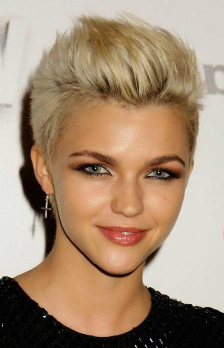 Modèle de coiffure pour cheveux courts. Une coupe très courte pour Femme.