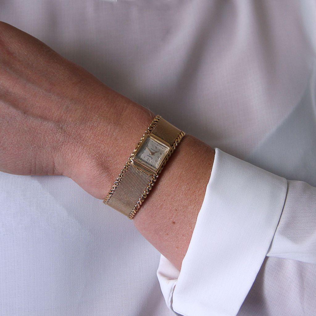65d42de3b0 Montre femme Flamor des années 60. Montre mécanique à remontage manuel et  bracelet en or jaune.