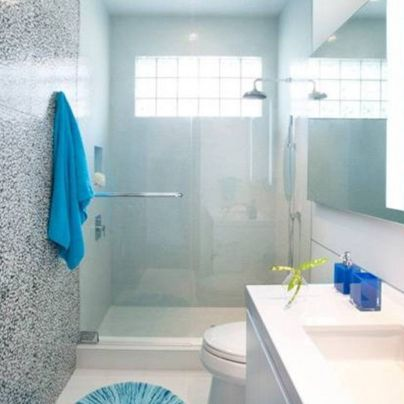 Un buen consejo para ba os peque os es usar colores claros for Como colocar ceramicos en un bano