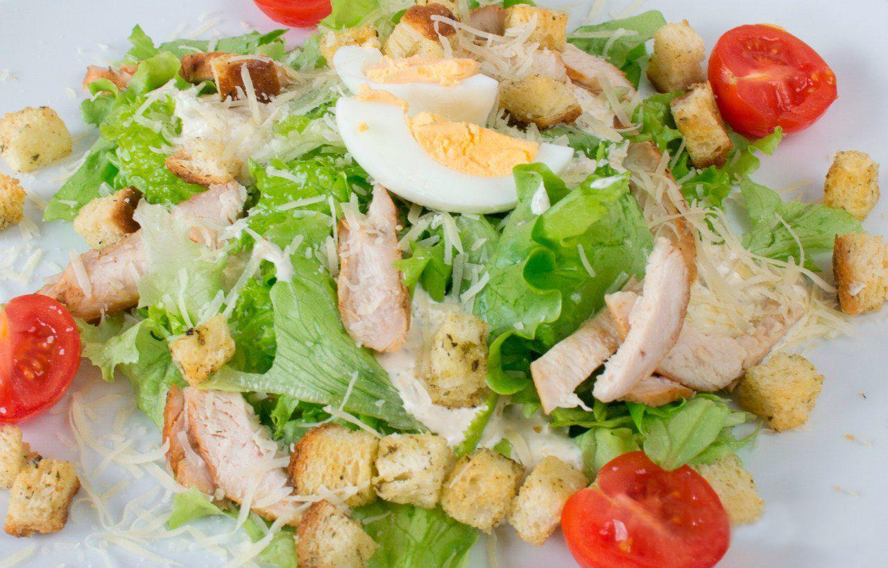 салат цезарь классический с курицей с фото