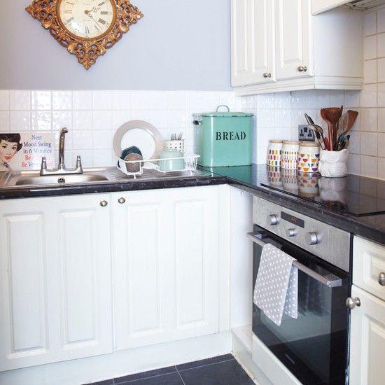 Kleine graue und weiße Küche Dieses kompakte Küche wurde einfach mit ...