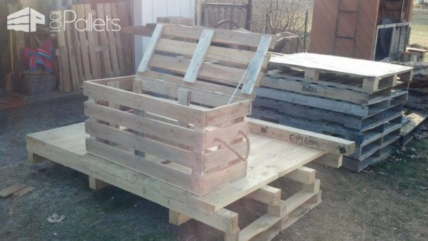 Handy Multipurpose Pallet Bench Storage Chest Just need that something for the corner of the porch....something to sit on and for storage? Here's that something!