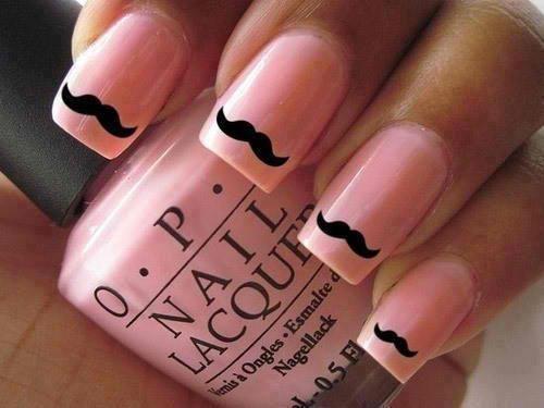 Schattig: de snor met roze nagellak van OPI.